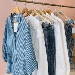Thème vichy de la marque barcelonaise Nicethings, chemise ample en voile de coton, pantalon léger, fluide en lin et top encolure carré, boutons nacrés💙🤍