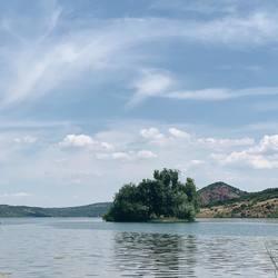 Petite coupure nature à moins d'une heure de Montpellier, au domaine de Mont Redon, juste à côté du lac du Salagou, escale gourmande  @guinguettesalagou 🌿💦🌈