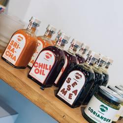 Les Mum's sauces faites maison dans l'atelier Parisien de Mum Dim Sum, avec des produits frais, sourcés avec soin, sans colorants ni conservateurs, Chili oil, Sriracha, Sésame, Coriander & Ginger Aneth..😋