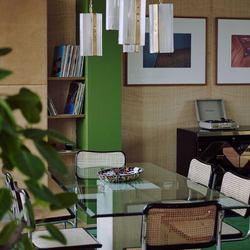 Un appartement seventies dans l'ancien siège de la BBC à Londres, pensé par la designeuse Maria Speake et la créatrice de mode Bella Freud. 💚 Via Ad Mag. 📷 Matthieu Lavanchy.  #MarcelBreuer #vintage #green #interiordesigner #deco #70s